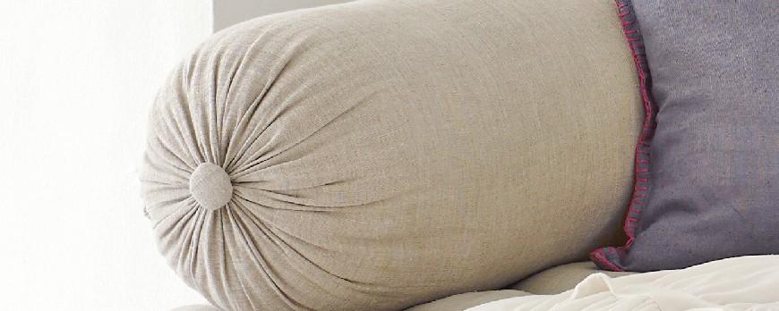 Ternyata tidur menggunakan guling lebih banyak manfaatnya! Benarkah?